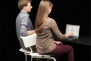 Стол за двама помага за работата в офиса